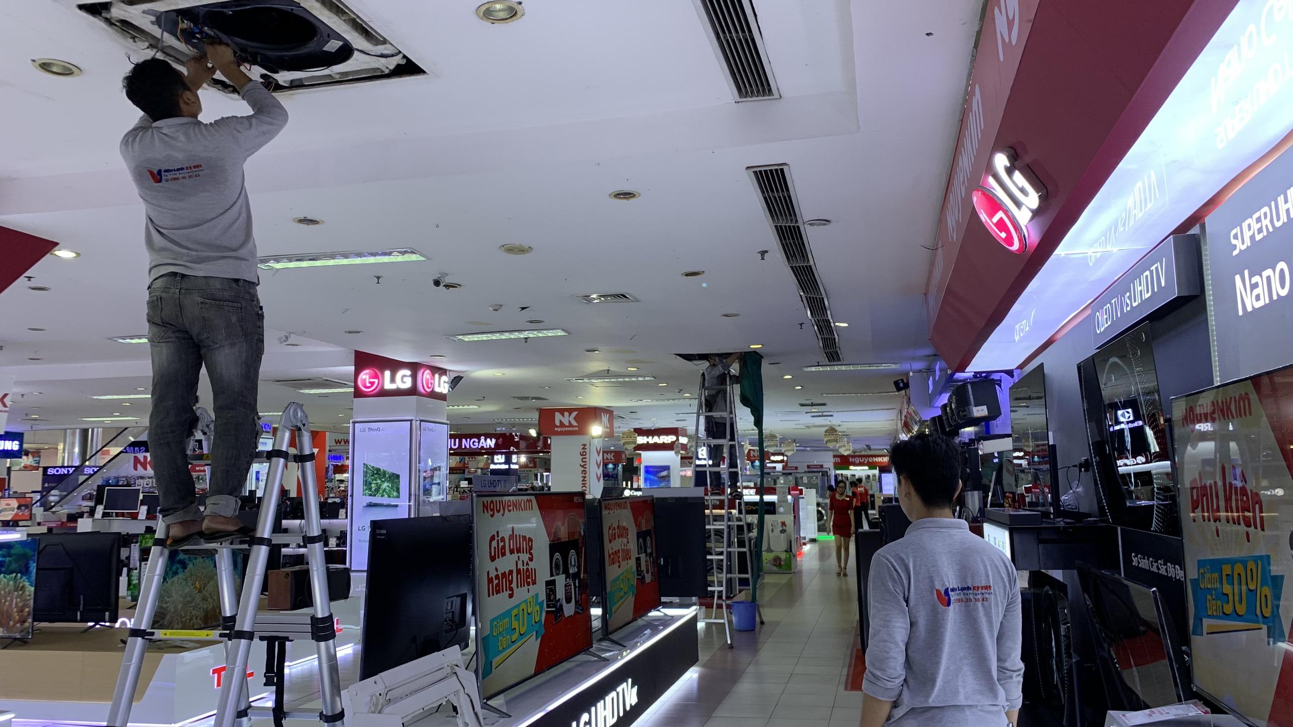 Vệ sinh máy lạnh âm trần cho siêu thị điện máy Nguyễn Kim, Tân Bình